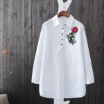 P9561 เสื้อแขนยาวตัวยาว ผ้าฝ้ายเนื้อดีกระดุมบนสีขาว ปักดอกไม้ แขนพับได้