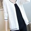 เสื้อคลุมไหมพรม เสื้อคลุมกันหนาว พร้อมส่ง สีขาว แต่งตะเข็บเสื้อด้วยสีดำ ผ้าไหมพรมเนื้อนิ่ม ดีเทลลายฉลุด้านหน้าน่ารักมากๆค่ะ แขนยาว ใส่กับชุดทำงานหรือชุดเที่ยวก็เก๋ๆค่ะ มีความยืดหยุ่น