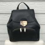 กระเป๋า เป้ Mango Front Pocket Backpack สีดำ หนัง Saffiano รุ่นนี้ ดีไซน์ล็อคด้วย Metal สีทอง ด้านในบุด้วยผ้า หนาสวยงาม มีสายไว้ถือ และสายสะพายหลัง สำหรับเป็นเป้ รุ่นนี้เก๋ และสวยมากๆค่ะ มีกระเป๋าหน้าไว้เก็บของจุกจิกด้วยค่ะ เหมาะกับหน้าเที่ยวมากๆ มาจำนวนจ