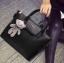 กระเป๋าหนังมีลายเป็นตารางที่ตัวกระเป๋า ที่เปิดปิดเป็นแม่เหล็กนะค thumbnail 1