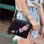 (Pre Order) กระเป๋าแฟชั่น Bearberry สไตล์หวานน่ารักมาใหม่กระเป๋าผู้หญิงตกแต่งดอกไม้ที่ทำด้วยมือกระเป๋าสะพายกระเป๋าพู่ร่างกายข้ามสำหรับสาวแฟชั่นพนังขนาดเล็ก มี 3 สี ดำ,ขาว,ครีม