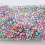 ลูกปัดพลาสติก ลูกเต๋าตัวอักษร คละสี 6M (1กิโล/1,000กรัม)