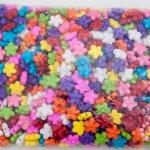 ลูกปัดพลาสติก สีขุ่น ดอกไม้ คละสี 15มิล(1กิโล/1,000กรัม)