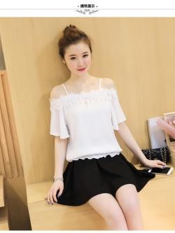 เสื้อแฟชั่นเกาหลี สายเดียว แต่งแบบโชว์ไหล่ เย็บลูกไม้ระบายสวยหวาน สีขาว