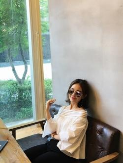 เสื้อแฟชั่นเกาหลี แต่งคอเสื้อทรงปาด โชว์ไหล่ เก๋ ๆ สีขาว ตัวเสื้อทรงปล่อย