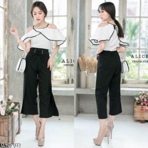 เสื้อผ้าแฟชั่นเกาหลีพร้อมส่ง - ชุดเซ็ตได้ 2 ชิ้น เสื้อเปิดไหล่ระบาย+กางเกงสีดำ