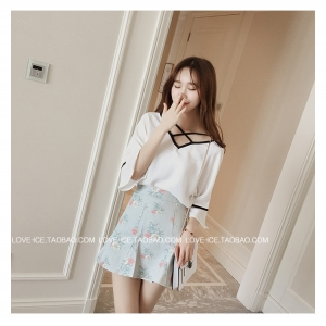 เสื้อแฟชั่นเกาหลี ทรงแขน 2 ส่วน เย็บแต่งช่วงคอเสื้อเก๋ ๆ ตามภาพ เนื้อผ้าสปัน ใส่สบาย สีขาว
