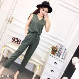 เสื้อผ้าแฟชั่นพร้อมส่ง - ชุดเซ็ตได้ 2 ชิ้น เสื้อคอวี + กางเกงห้าส่วน เนื้อผ้าดี สีเขียวทหาร