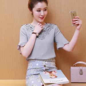 เสื้อแฟชั่นเกาหลี เย็บแต่งลูกไม้บุลายดอกช่วงคอเสื้อ แต่งระบายชายแขนเสื้อ สีขาว