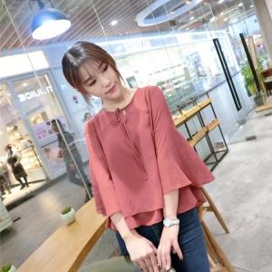 เสื้อแฟชั่นเกาหลี แต่งแขนแบบระบายใหญ่ ตัวเสื้อทรงปล่อย สีแดงอิฐ เนื้อผ้าสปันทิ้งตัว