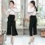 เสื้อผ้าแฟชั่นเกาหลีพร้อมส่ง - ชุดเซ็ตได้ 2 ชิ้น เสื้อเปิดไหล่ระบาย+กางเกงสีดำ thumbnail 1