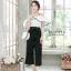 เสื้อผ้าแฟชั่นเกาหลีพร้อมส่ง - ชุดเซ็ตได้ 2 ชิ้น เสื้อเปิดไหล่ระบาย+กางเกงสีดำ thumbnail 2